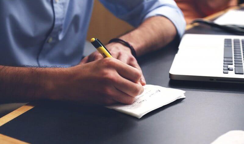Aide à écrire des exemples de profils de rencontres en ligne